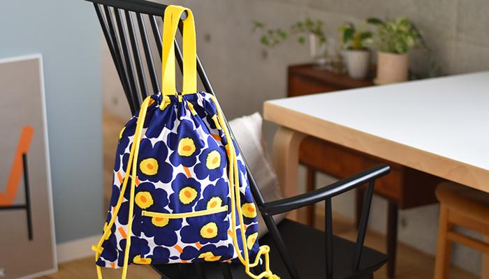 手提げにも、リュックになる2WAYバッグ。チャックやボタンではなく巾着型を基本としているので、設計はシンプル。ネイビーとイエローのコントラストがとっても鮮やか。シンプルコーデに合わせて、バッグを主役のコーデに♪