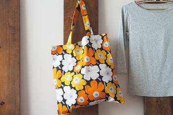シンプルなトートバッグなら、初心者さんにもおすすめ。夏に持って出かけたくなる元気なカラー配色。