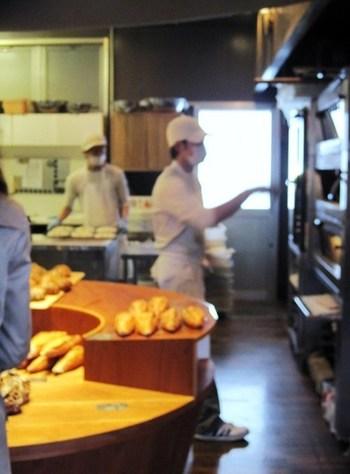 日本人のライフスタイルに、もっとパンを加えてもらいたいとの思いから、冷凍ストックしても美味しさを保てるパンの製造法を考えた「パンストック」のオーナーシェフ平山哲生さん。その想いはスタッフ達にも受け継がれています。