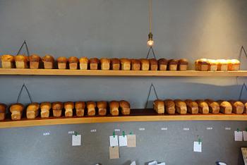 壁面に並べられたパンも、店内のおしゃれな雰囲気を演出。どこを見渡しても素敵な店内は、パンのいい香りで満ち溢れています。
