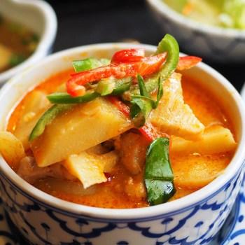 辛すぎず、甘さとココナッツのコクをしっかりと感じる鶏肉のレッドカレー。タイ料理になじみがない人にもおすすめの1品です。