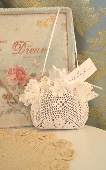かぎ針で編んだサシェ袋なら、ルックもかわいらしく。プレゼントにもいいですね。