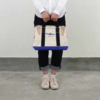 しっかりした厚手のキャンバス生地で作られたツールバッグ。手提げ感覚で気軽に持てます。