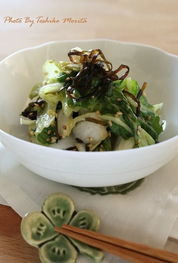 ごま油が薫る白菜サラダは常備菜にしたい一品。塩昆布の旨味もいい仕事をしています。