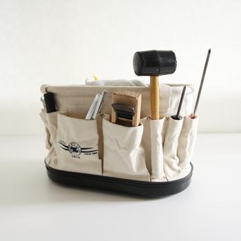 ラインマン(電線工事技師)の道具を入れるために作られたバッグ。側面にさまざまな大きさのポケットが14個もついているので、車の工具や園芸用品、手芸用品などの整理・収納に便利です。