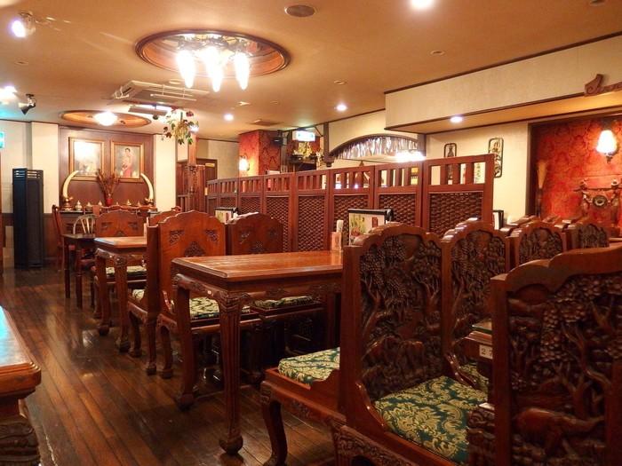 店内は落ち着いた色のインテリアでまとまっています。テーブルはどっしりと大きめなので、色々な料理をたくさん頼んでも安心!