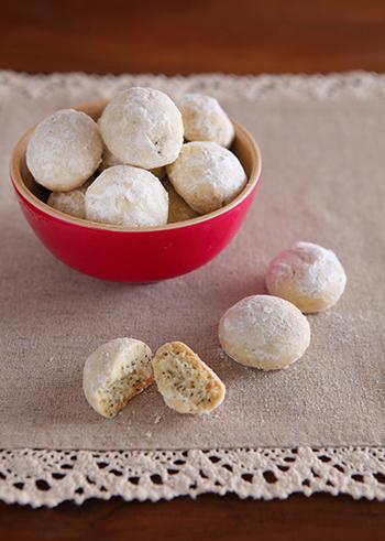 コロンとしたフォルムと、真っ白な粉砂糖に包まれた、スノーボールクッキー。ふわふわ真っ白な粉砂糖をまとった姿は、まるで雪だるまのよう。スノーボールと呼ばれているのも頷けますね!