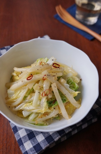 細切りにした白菜をにんにくを効かせてオリーブオイルで炒めます。意外と新しい、イタリアンな副菜です。お酒が好きな人はついついワインが進んでしまうかも♪