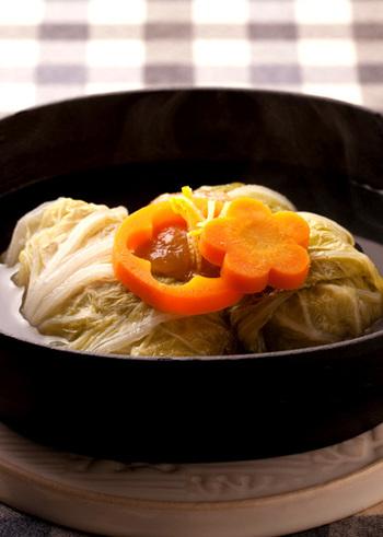 ちょっと珍しい和風ロール白菜。白みそ仕立てで上品な味わいです。寒い日にぴったりのほっこり癒し系メニューです。
