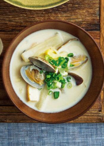 あさりの旨味たっぷりの和風クラムチャウダー。白みそと豆乳でこっくり優しいお味です。厚揚げも入っているので意外と食べ応えも◎です。