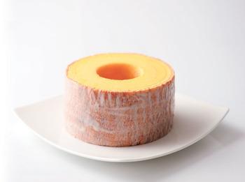"""しっとり濃厚なバウムクーヘンといったら、""""治一郎""""のバームクーヘン。飲み物が要らない位のしっとり感の秘密は、24層もの年輪を、ぎりぎりの火加減で薄く、レアに焼き上げているから。マーガリンなどは使わず、卵黄とバターを贅沢に使用し、濃厚で上品な甘さに仕上がっています。ひと口食べると、口の中でバターの風味がふわっと広がり、高さ8㎝とボリュームも満点!丁寧な職人さんの心意気が伝わる逸品です。"""
