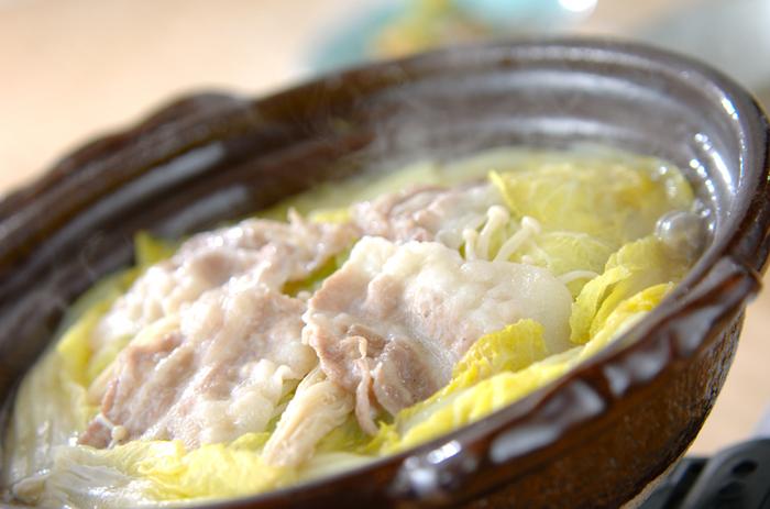 材料はシンプルですが、旨味もたっぷり、白菜もたっぷり食べられる鍋。さまざまな薬味やタレで味のバリエーションを楽しみたくなりますよ。