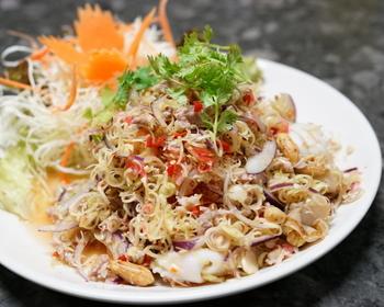 レモングラスの香りがさわやかなサラダ、ヤムタクライ。野菜の他に挽き肉や魚介もたっぷり入っていて、食べごたえばっちりです。