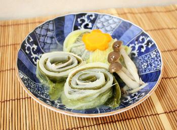 豚バラと昆布を白菜でくるくる巻いて煮るだけの簡単レシピ。旨味たっぷりの優しい味に、ほっこり。見た目も美しいので、食卓がぱっと華やぎますね。