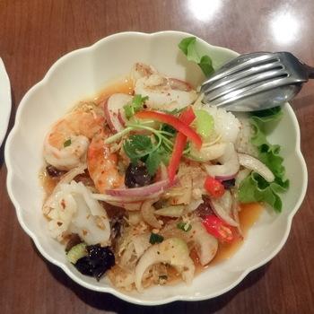 お店自慢の春雨サラダ「ヤムウンセン」。辛味と酸味のバランスが絶妙で、爽やかなおいしさです。そして具だくさんでヘルシー。