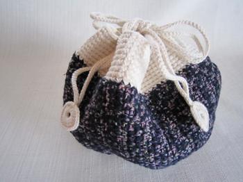 続いては、細(こま)編みです。名前の通り編み目が小さく、ぎゅっと詰まった感じです。しっかりとした編み地になるので、バッグなどの小物作りに使う編み方です。