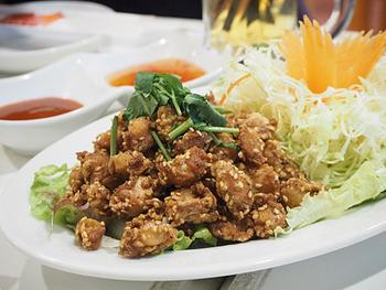 鶏軟骨をカラリと揚げた「エンガイトード」は、お酒がどんどん進むおいしさ。ホットチリソースとスイートチリソースでお楽しみください!