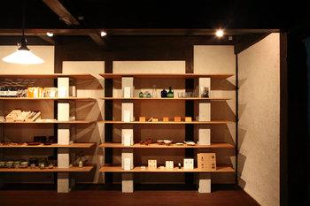 店内の壁にずらっと並ぶお茶碗やお皿。どれも手にとってみたくなる温かみのあるデザインばかりです。