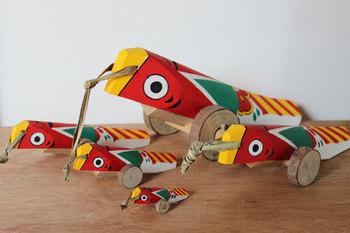 なんとも愛らしい顔をした「きじ車」や「木の葉猿」など九州地方の郷土玩具も揃っています。