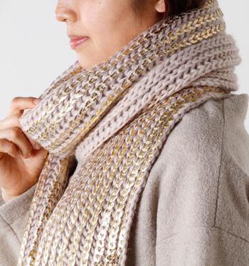 以上の基本の編み方で、こんな素敵なマフラーが作れちゃいます! こちらのマフラーは、くさり編みでスタート、中長編みとうね編みを繰り返すだけ。太めの糸で、ボリュームのあるあったかいマフラーが出来上がりました♪