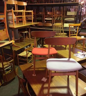 倉庫のような外観の店内には所狭しと家具や雑貨が並べられ、リペアを待つヴィンテージ家具などを見ることもできます。