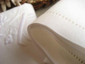 favor-POCO手刺繍イニシャルハンカチ ¥1,836 手刺繍によるイニシャルが特別感のあるハンカチ。麻混素材で、優れた吸水性と程よいシャリ感、使い込むほどに馴染む柔軟性があるのが特徴です。