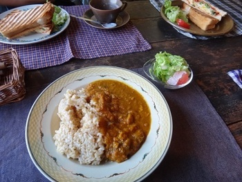 2階のカフェスペースでは、北欧のヴィンテージ食器を実際に使ってお食事を楽しむことも。お皿やカップなど、ヴィンテージの組み合わせを楽しむことができます。 メニューはカレーや日替わりランチなど。軽い軽食も楽しめます。