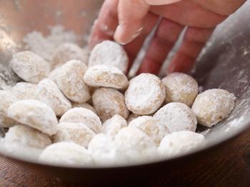 ③クッキーの粗熱が取れたら、粉糖をまぶせば完成。