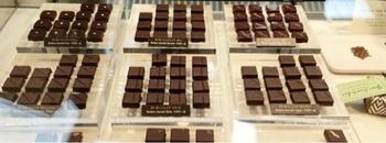 ビーンズトゥバーの製法でつくられたボンボンショコラ。店内のカフェでは、カカオ豆からチョコレートバー、そしてボンボンショコラへと形を変えるなかで変化していく香りや食感を体験できる「テイスティングセット」も味わえます。