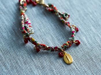 19世紀初頭、フランスパリのカトリック修道女カタリナ・ラブレが聖母マリアの出現を目撃しました。その時の聖母マリアのお姿とお告げをもとに、デザインされたのが「メダイユ 」といわれているメダルです。 ヨーロッパでコレラが大流行した時にはコレラ予防のお守りとして広まりました。「メダイユ 」を身につける事によって難病が治ったという話が多くあったことから、奇跡の「メダイユ 」と呼ばれるようになり、現在ではフランスはもとより、世界中で多くの人が身につけています。