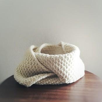 シンプルなスヌードは生成り色の毛糸を選んで、ほっこり柔らかい雰囲気に仕上げましょう。
