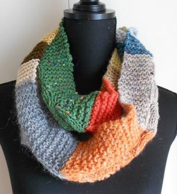 編み方が同じでも、毛糸の色を変えてあげるだけでこんなにポップに仕上がります。暗くなりがちな冬コーデにさし色としてプラスしてみましょう♪