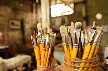 刷毛は、家具などを塗る場合は大きめのものを、小物や雑貨などを塗る場合は小回りが利く小さめサイズがおすすめです。
