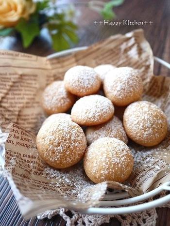きなこ、バター、醤油を混ぜ込んだ香ばしい和風のスノーボールクッキーです。