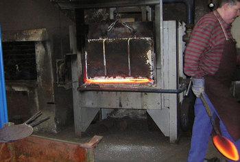 一枚の鉄の板を何度も何度も打ちつけて、フライパンの形に成型していきます。