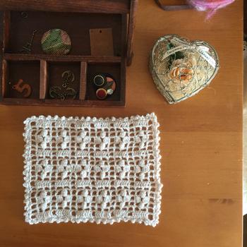 こちらは「細方眼編み」で作られています。慣れてきたら糸を替えて、カラフルな作品にも挑戦したいですね。