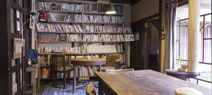 ライブラリースペースには、たくさんの本たちが。都会から離れた静かな夜の相棒に、たまにはじっくり本を読むのも良いですね。