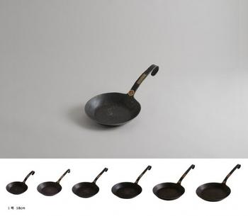 クラシックフライパン:18cm〜28cm(2cmきざみ)/¥15,120〜¥28,080(税込)