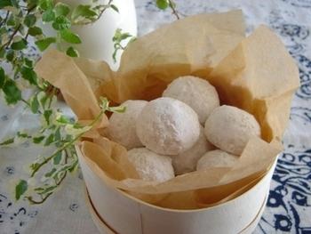 ココナッツオイルとココナッツの粉末を使ったトロピカルな風味のスノーボールクッキーです。