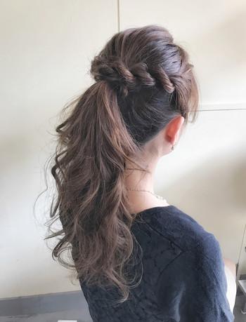 片側サイドにロープ編みをしてポニーテールに。あとは今までと同じ要領で毛束を巻きつけて。簡単なのに、凝ったヘアスタイルに見えますね!
