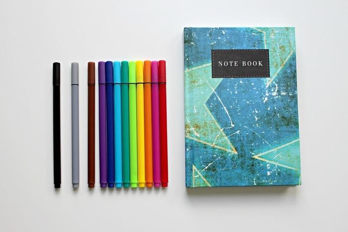 リストを書くのが楽しくなるような、かわいいメモ書きやノートを準備しましょう。やるべきことが思い浮かんだ時にササッと取り出して書けるように、片手で持てるくらいの小さいサイズのものがオススメ。さまざまな色のペンやマーカーも取り揃えておいて、やることごと、曜日ごとにペンで色分けすると便利かも。楽しい見た目になるし、パッと見てわかりやすいですね。