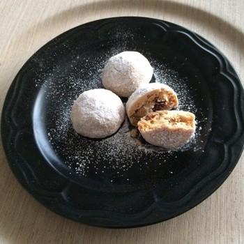 スノーボールクッキーは、普通のクッキーと違い卵を使わずに作ります。その代りにアーモンドプードルやアーモンドパウダーを加える事で、サクサクっとした食感に仕上がるそうです。