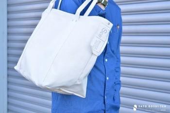バッグのサイドには「佐藤防水店」のタグが。ラフに縫い付けられた様子がオシャレですね。