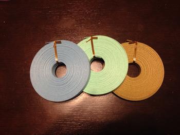 白色の原紙を着色剤で染めたものがカラーとなります。 本来の梱包用の紙バンドも数多く出回っていますが、手芸用には、色鮮やかでしなやかな『紙バンド手芸用』がおすすめです。