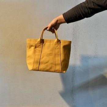 「佐藤防水店」は大分県大分市にある老舗のテントメーカーです。2011年からテントの布を使ったバッグを手掛け始めたのは、4代目の社長がアパレルメーカーに勤めた経験がある事から。しっかりとした作りのトートバッグは、国産バッグの筆頭としての地位を確立しています。