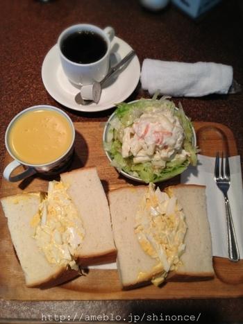 分厚いパンに目を奪われますが、中のタマゴにも注目です!塩とマヨネーズの加減が絶妙で美味。ポテトサラダも山盛りです。