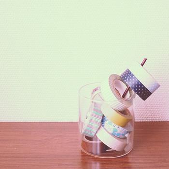 クリアな瓶などに入れて収納も。はみ出た部分は棒などで工夫すれば、どこかアートな雰囲気に。