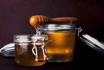 【材料】 ・ゆず ・砂糖または蜂蜜  ゆずとほぼ同量の砂糖、または蜂蜜を用意します。これが基本の分量です。甘さは、好みで調整しましょう。なお、蜂蜜を利用した場合には、砂糖よりも日持ちがしませんので、冷蔵庫に保存し、なるべく早くいただきます。