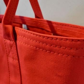 縫製に用いられる糸も、テントに使われる素材ならではの丈夫なものを使用しています。扱いにくい厚手の生地でも、テント縫製で培われた熟練の職人の技術と、専用の機械によって美しいトートバッグの形を作り出しているのです。
