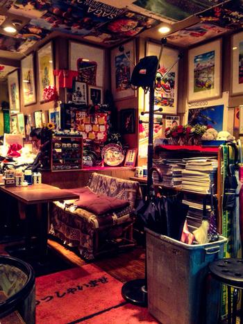 店内は壁や天井まで隙間なくぎっしりと装飾されていて、がやがやと賑やかかつレトロな雰囲気です。